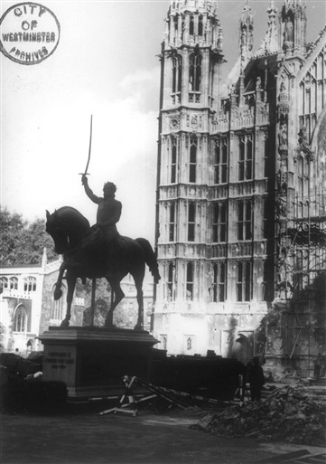Photo:Damage to the statue of Richard I, Old Palace Yard